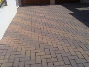 2 colour paving on a driveway