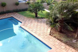Pool paving with LaCotta 3 size cobble paving